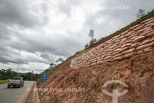 Obra de contenção de encosta - plantio de grama - no Km 632 da Rodovia BR-040  - Conselheiro Lafaiete - Minas Gerais (MG) - Brasil