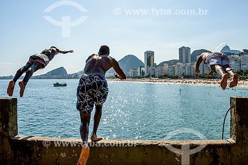 Jovens pulando no mar a partir de pedra no Mirante do Leme - também conhecido como Caminho dos Pescadores  - Rio de Janeiro - Rio de Janeiro (RJ) - Brasil