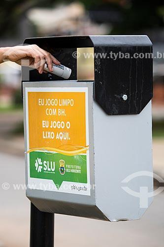 Lixeira com campanha educativa no Complexo da Pampulha  - Belo Horizonte - Minas Gerais (MG) - Brasil