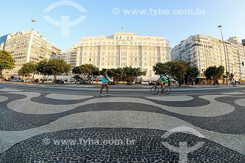 Calçadão da Praia de Copacabana com o Hotel Copacabana Palace (1923) ao fundo  - Rio de Janeiro - Rio de Janeiro (RJ) - Brasil