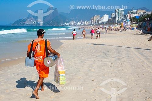 Vendedor de mate - considerados Patrimônio Cultural e Imaterial da cidade do Rio de Janeiro - e de biscoito de polvilho Globo na Praia de Ipanema  - Rio de Janeiro - Rio de Janeiro (RJ) - Brasil
