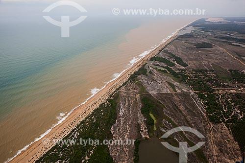Lama deriva ao longo da costa ao norte da foz do Rio Doce após rompimento da barragem de rejeitos de mineração da empresa Samarco em Mariana (MG)  - Linhares - Espírito Santo (ES) - Brasil