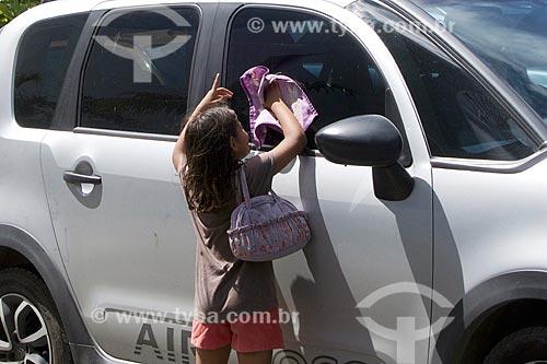 Menina trabalhando limpando vidro de carros  - Recife - Pernambuco (PE) - Brasil