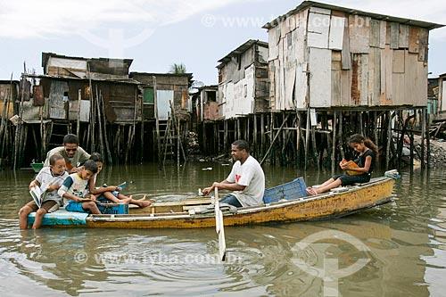 Crianças lendo em canoa na Comunidade do Bode  - Recife - Pernambuco (PE) - Brasil