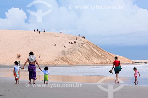 Banhistas nas dunas da Praia de Jericoacoara para ver o pôr do sol  - Jijoca de Jericoacoara - Ceará (CE) - Brasil