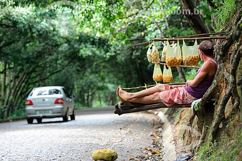 Vendedor de fruta na estrada da Reserva Biológica de Saltinho  - Tamandaré - Pernambuco (PE) - Brasil