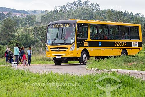 Crianças embarcando em ônibus Escolar no Km 691 da Rodovia BR-040  - Alfredo Vasconcelos - Minas Gerais (MG) - Brasil