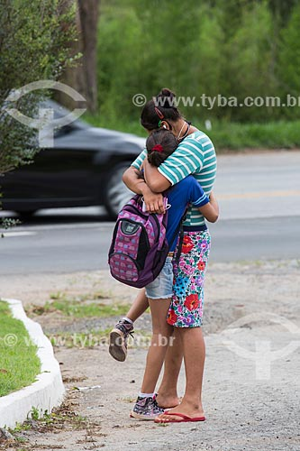 Mãe e filha se despedindo antes de embarcar em ônibus Escolar no Km 691 da Rodovia BR-040  - Alfredo Vasconcelos - Minas Gerais (MG) - Brasil