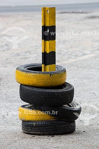 Pneus utilizados na sinalização do Km 691 da Rodovia BR-040  - Alfredo Vasconcelos - Minas Gerais (MG) - Brasil
