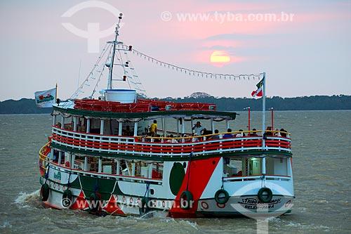 Barco na Baía do Guajará durante o pôr do sol  - Belém - Pará (PA) - Brasil