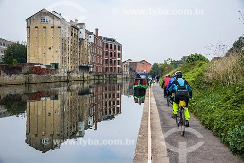 Ciclistas na cidade de Bath às margens do Rio Avon  - Bath - Condado de Somerset - Inglaterra