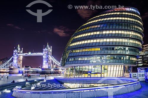 The Snail - prédio da Prefeitura de Londres com a Tower Bridge (Ponte da Torre) - 1894 - ao fundo  - Londres - Grande Londres - Inglaterra