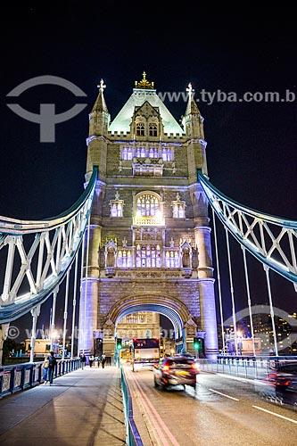 Trânsito na Tower Bridge (Ponte da Torre) - 1894 - à noite  - Londres - Grande Londres - Inglaterra