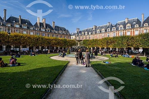 Turistas na Place des Vosges (Praça de Vosges)  - Paris - Paris - França