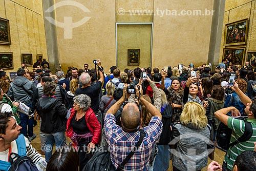 Turistas fotografando o quadro Mona Lisa - também conhecida como A Gioconda - de Leonardo da Vinci em exibição no Musée du Louvre (Museu do Louvre)  - Paris - Paris - França