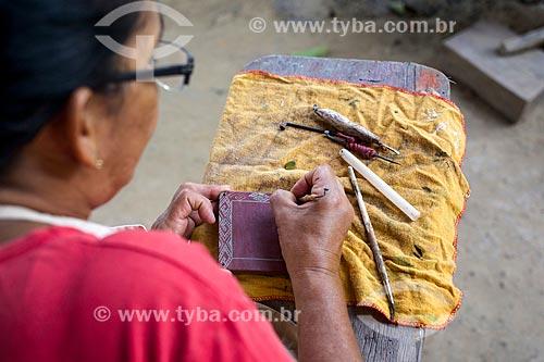 Mulher pintando peça de artesanato em cerâmica na Ilha de Marajó  - Soure - Pará (PA) - Brasil