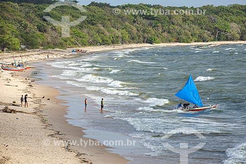 Jangada e banhistas na Praia de Joanes  - Salvaterra - Pará (PA) - Brasil