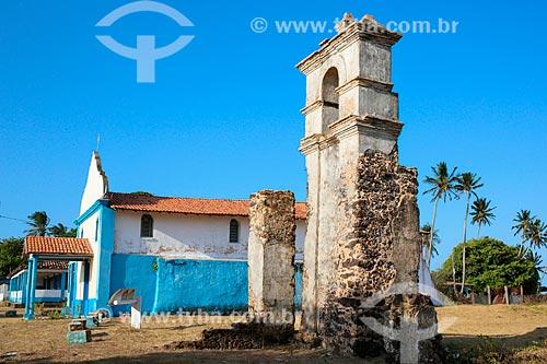 Ruínas do antigo templo com a Igreja de Nossa Senhora do Rosário ao fundo  - Salvaterra - Pará (PA) - Brasil