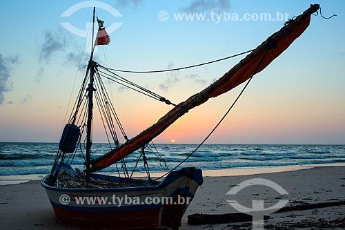Vista de barco atracado na Praia de Joanes durante o amanhecer  - Salvaterra - Pará (PA) - Brasil
