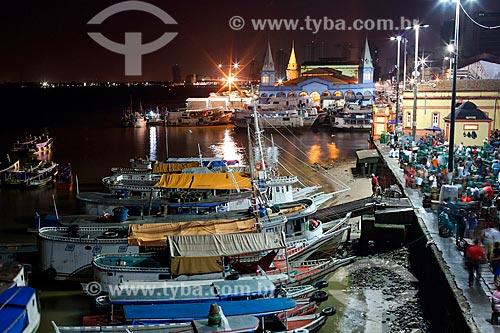 Vista de barcos atracados no porto da Feira do Açaí com o Mercado Ver-o-peso (Século XVII) ao fundo durante a madrugada  - Belém - Pará (PA) - Brasil