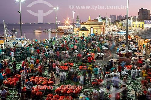 Vista da Feira do Açaí com o Mercado Ver-o-peso (Século XVII) ao fundo durante o amanhecer  - Belém - Pará (PA) - Brasil
