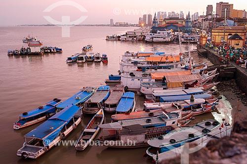 Vista de barcos atracados no porto da Feira do Açaí com o Mercado Ver-o-peso (Século XVII) ao fundo durante o amanhecer  - Belém - Pará (PA) - Brasil