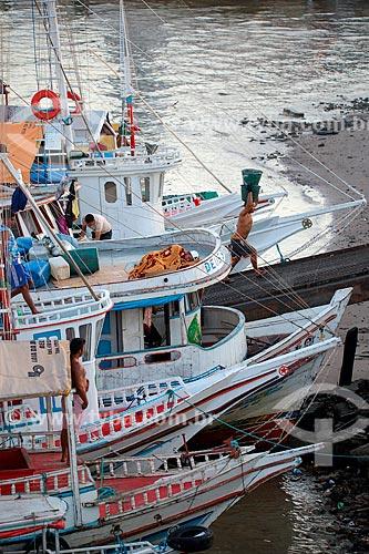 Barco descarregando açaí na Feira do Açaí próximo ao Mercado Ver-o-peso (Século XVII)  - Belém - Pará (PA) - Brasil