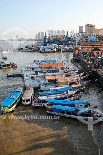 Vista de barcos atracados no porto da Feira do Açaí com o Mercado Ver-o-peso (Século XVII) ao fundo  - Belém - Pará (PA) - Brasil