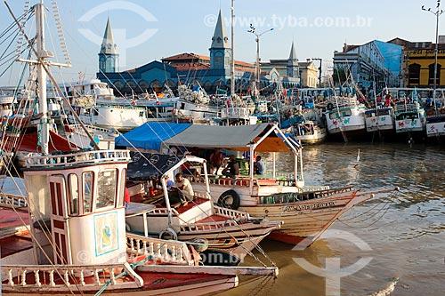 Barcos atracados com o Mercado Ver-o-peso (Século XVII) ao fundo  - Belém - Pará (PA) - Brasil