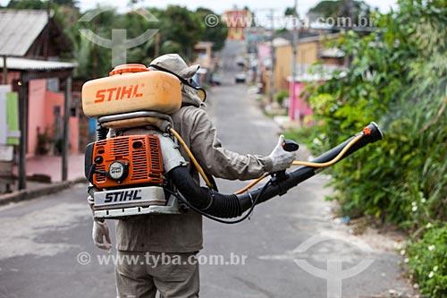 Funcionário da Secretaria de Saúde de Manaus com equipamento UBV (Fumacê) portátil no combate ao mosquito Aedes aegypti  - Manaus - Amazonas (AM) - Brasil