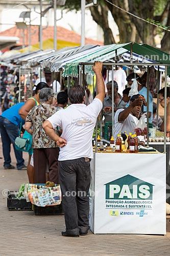Barracas com produtos do Projeto PAIS - Produção Agroecológica Integrada e Sustentável - na feira livre na Praça Rodrigues Paes  - Paraíba do Sul - Rio de Janeiro (RJ) - Brasil