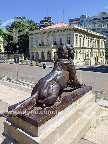 Escultura na Praça Marechal Deodoro - mais conhecida como Praça da Matriz -  com o Theatro São Pedro (1858) ao fundo  - Porto Alegre - Rio Grande do Sul (RS) - Brasil