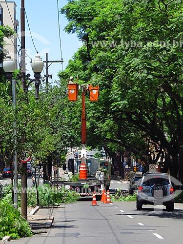 Funcionários da Henerge - concessionária de serviços de transmissão de energia do Rio Grande do Sul - podando árvore na Avenida Borges de Medeiros  - Porto Alegre - Rio Grande do Sul (RS) - Brasil