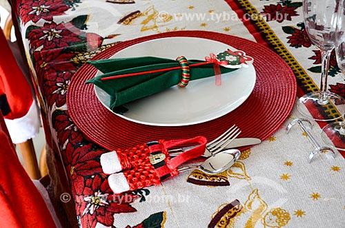 Mesa posta para refeição com decorações natalinas
