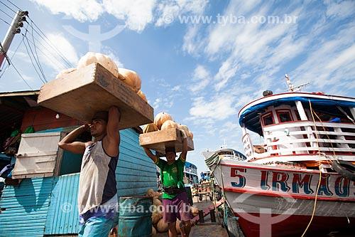 Homens carregando caixas com abóboras no Porto de Manaus  - Manaus - Amazonas (AM) - Brasil