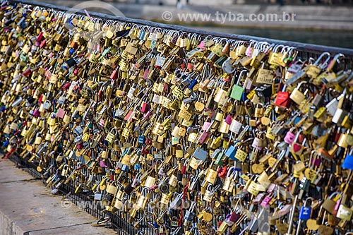 Cadeados na Pont des Arts (Ponte das Artes) - os cadeados são colocados pelos casais de s que jurando amor eterno jogam a chave no rio e o cadeado fica fechado para sempre  - Paris - Paris - França