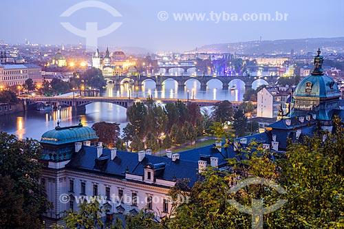 Vista do Rio Moldava com a cidade de Praga ao fundo durante o entardecer  - Praga - Região da Boêmia Central - República Tcheca