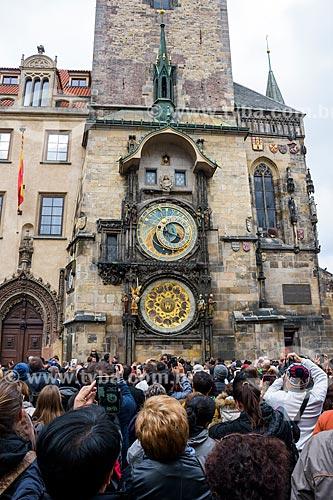 Turistas fotografando a torre do relógio astronômico na Prefeitura da Cidade Velha de Praga  - Praga - Região da Boêmia Central - República Tcheca