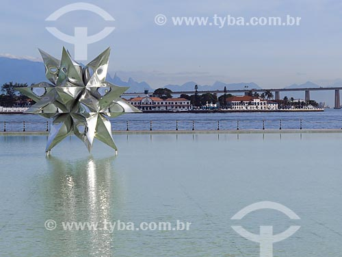 Escultura Diamante Estrela Semente de Frank Stella no espelho dágua do Museu do Amanhã  - Rio de Janeiro - Rio de Janeiro (RJ) - Brasil