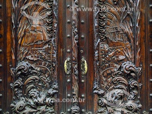 Detalhe de porta de jacarandá com entalhes em madeira  - Rio de Janeiro - Rio de Janeiro (RJ) - Brasil