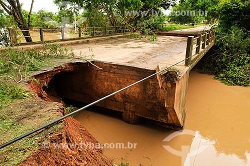 Cratera formada pela enchente na cabeceira da Ponte do Rio da Onça na estrada vicinal entre Palmares Paulista e Ariranha  - Palmares Paulista - São Paulo (SP) - Brasil