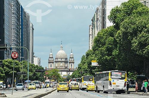 Tráfego na Avenida Presidente Vargas com a Igreja de Nossa Senhora da Candelária (1609) ao fundo  - Rio de Janeiro - Rio de Janeiro (RJ) - Brasil