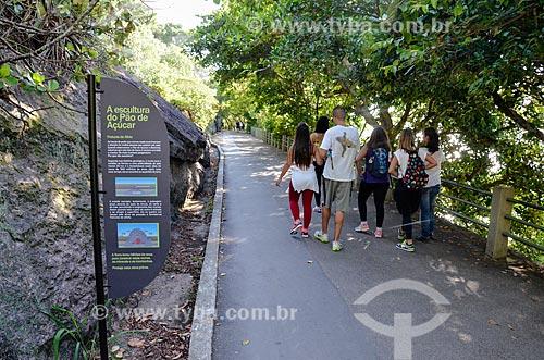 Pessoas caminhando na Pista Cláudio Coutinho - também conhecida como Caminho do Bem-te-Vi ou Estrada do Costão  - Rio de Janeiro - Rio de Janeiro (RJ) - Brasil