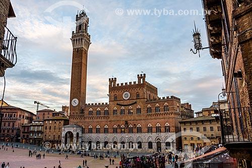 Piazza del Campo (Praça do Campo) com o Palazzo Pubblico (1310) - sede da Prefeitura de Siena - ao fundo  - Siena - Província de Siena - Itália