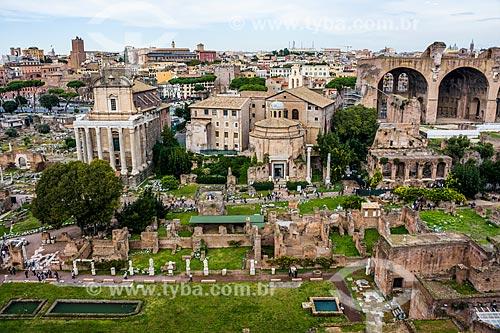 Sítio arqueológico próximo ao Coliseu - Templo de Antonius e Faustina, Templo de Cosme e Damião e a Basilica of Maxentius em segundo plano  - Roma - Província de Roma - Itália
