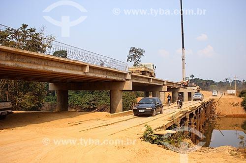 Canteiro de obras da construção da ponte sobre o Rio Machadinho com a antiga ponte de madeira  - Machadinho dOeste - Rondônia (RO) - Brasil