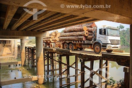Antiga ponte de madeira com o canteiro de obras da construção da ponte sobre o Rio Machadinho  - Machadinho dOeste - Rondônia (RO) - Brasil