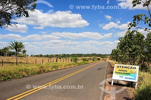 Placa indicando obras no trecho da Rodovia BR-421  - Ariquemes - Rondônia (RO) - Brasil
