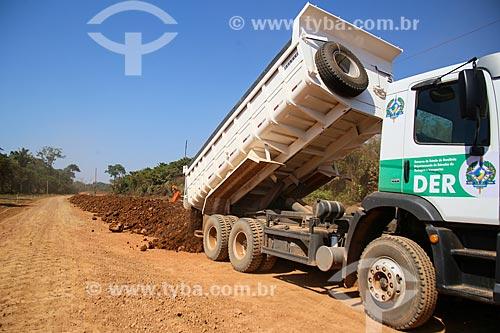 Descarregamento de cascalho no canteiro de obras do Anel Viário de Porto Velho  - Porto Velho - Rondônia (RO) - Brasil