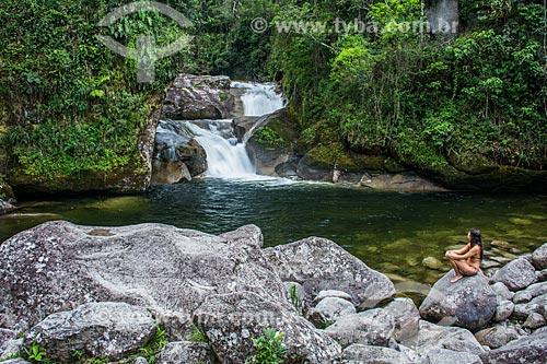 Mulher sentada na pedra da Cachoeira do Maromba no Parque Nacional de Itatiaia  - Itatiaia - Rio de Janeiro (RJ) - Brasil